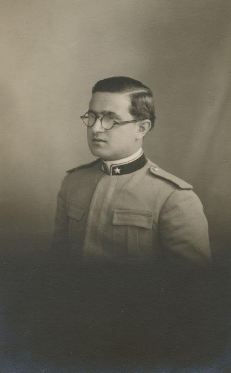 In posa da giovane ufficiale
