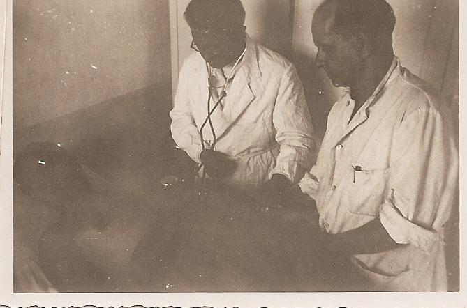 Il Dott. Raffaele Pellicciotta visita un paziente.