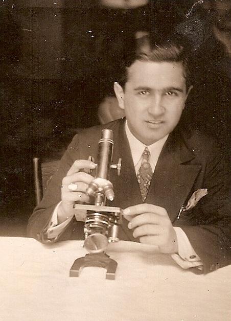 Raffaele Pellicciotta al microscopio.