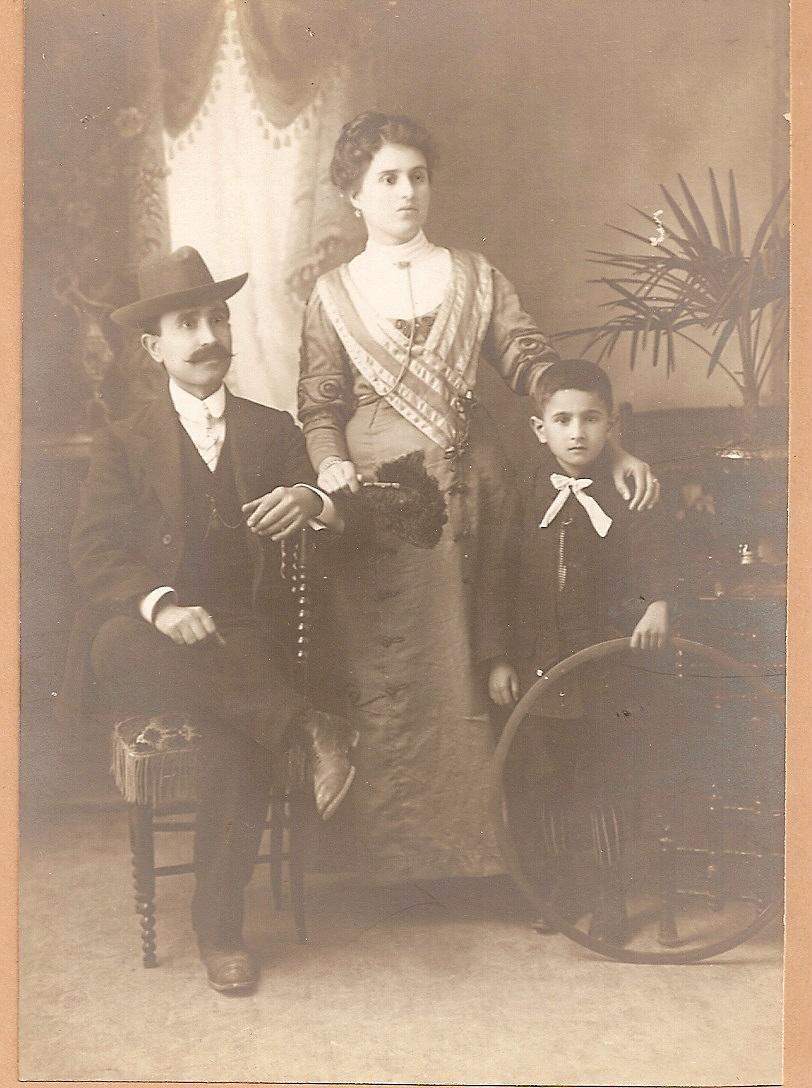 Il piccolo Raffaele con la mamma e il papà.